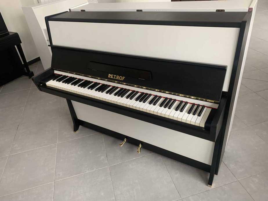 Černobílé pianino Petrof
