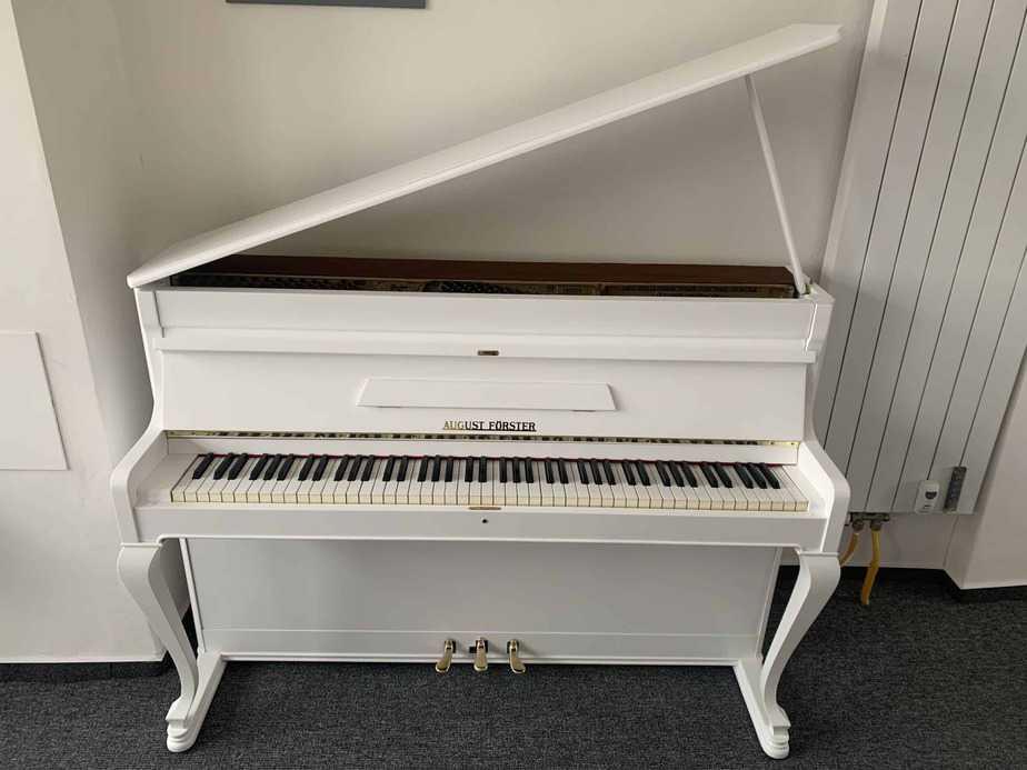 Bílé pianino A. Förster