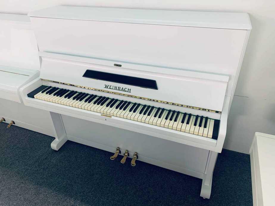 Bílé pianino Weinbach s černými prvky