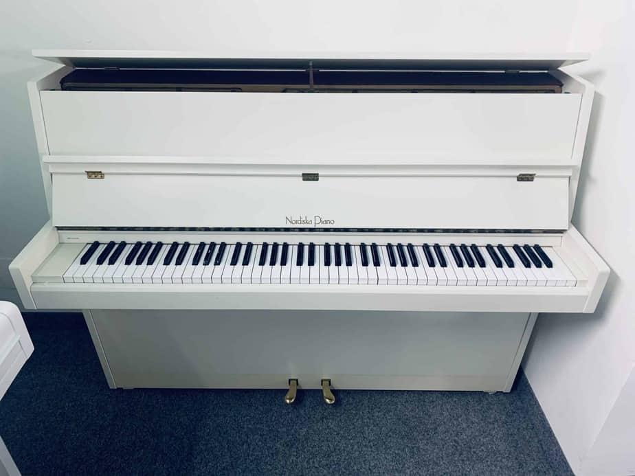 Bílé pianino Nordiska