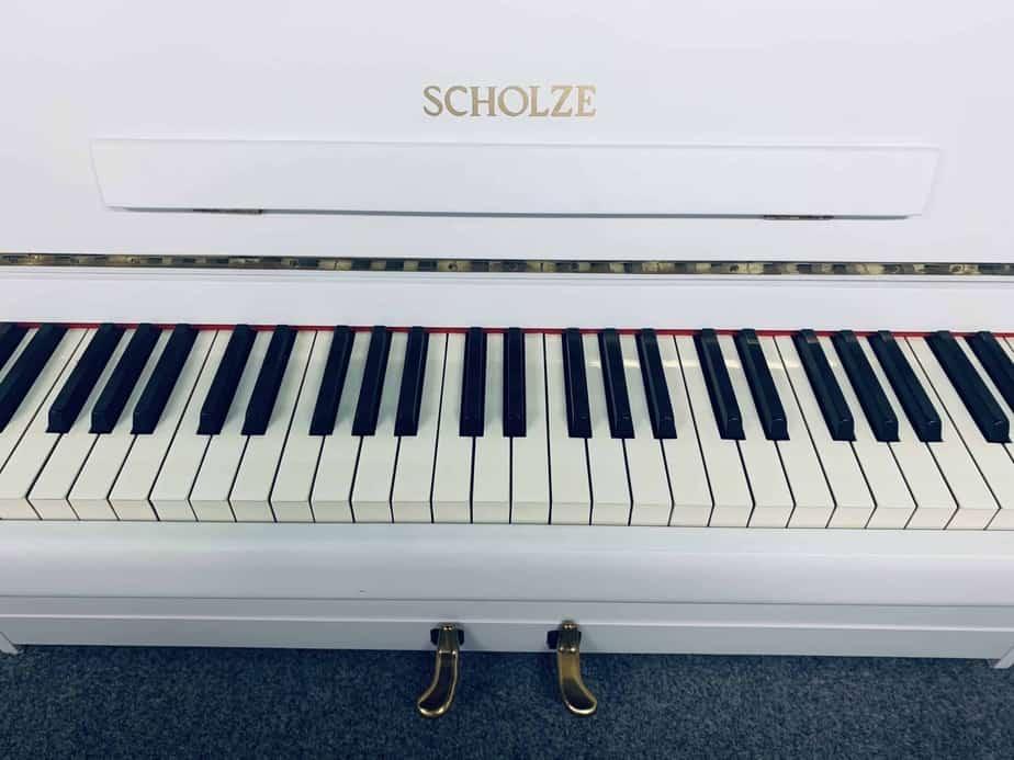 Bílé pianino Scholze