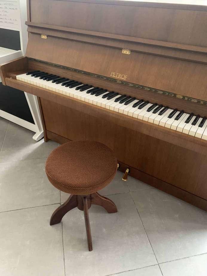 Otočná klavírní židle