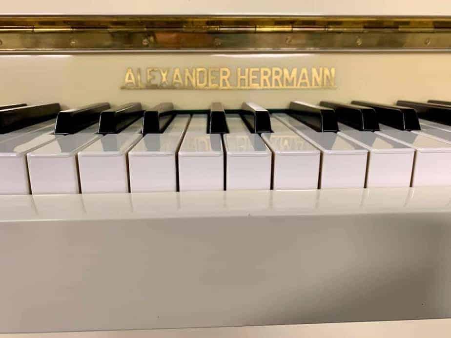 Bílé pianino A. Herrmann