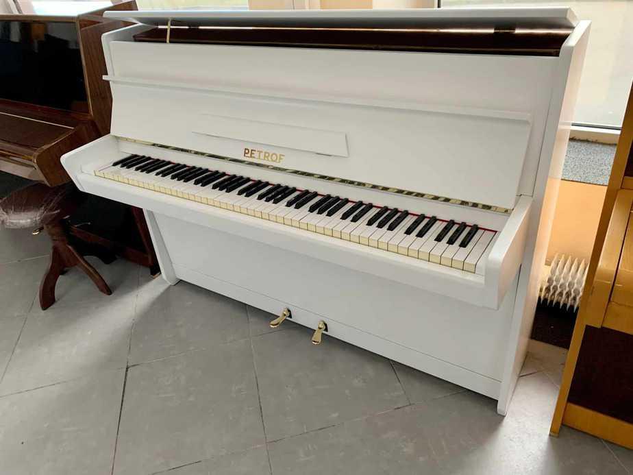 Bílé pianino Petrof