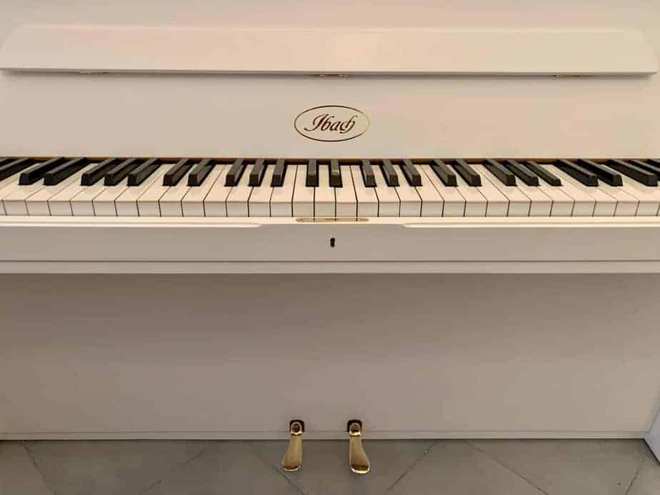 Bílé pianino Ibach