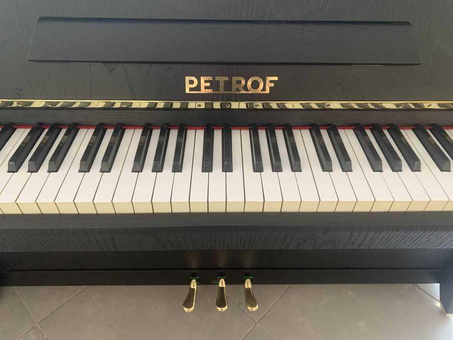 Černé pianino Petrof