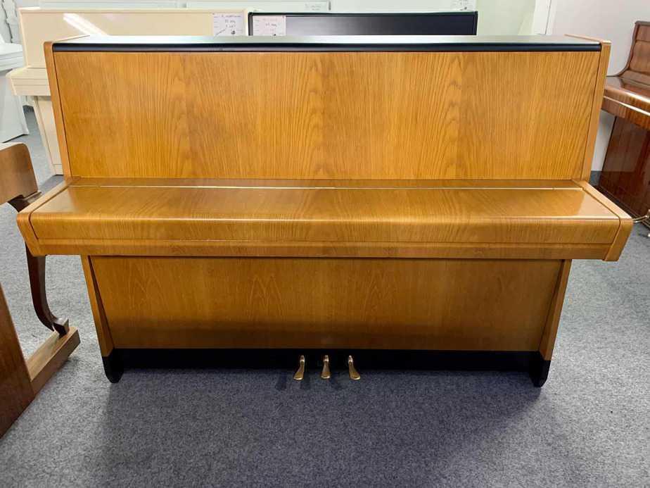 Hnědo-černé pianino Petrof